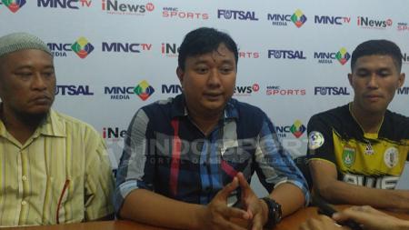 Pelatih dan pemain Dumai FC dalam jumpa pers. - INDOSPORT