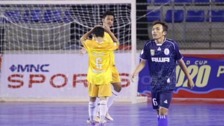 Pemain DLS FC (Kuning) akan melakukan selebrasi melawan Dumai FC. - INDOSPORT