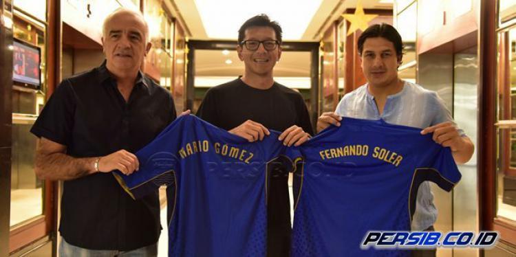 Direktur PT PBB, Teddy Tjahyono berfoto bersama Mario Gomez dan Fernando Soler Copyright: Persib.co.id