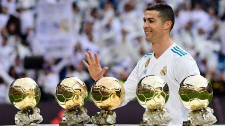 Ronaldo memamerkan 5 Ballon dOr miliknya sebelum laga Madrid vs Sevilla. - INDOSPORT