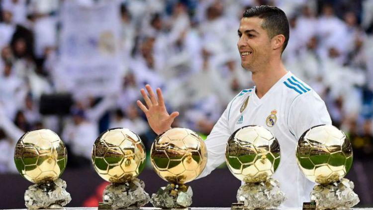 Ronaldo memamerkan 5 Ballon dOr miliknya sebelum laga Madrid vs Sevilla. Copyright: INDOSPORT