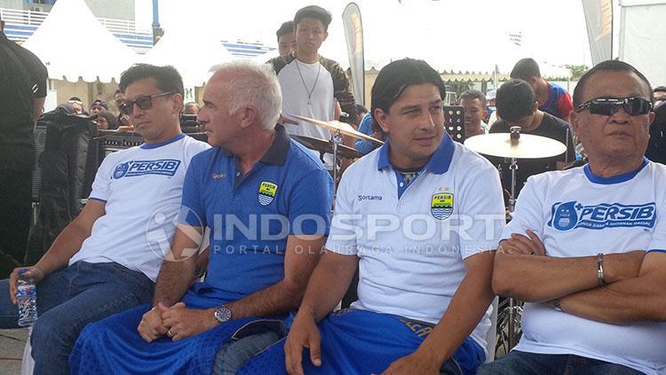 Roberto Carlos Mario Gomez saat diperkenalkan di depan Bobotoh. Copyright: INDOSPORT/Arief Rahman