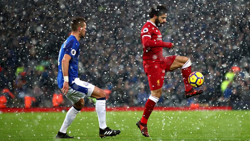 Mohamed Salah tengah mengontrol bola. Copyright: INDOSPORT