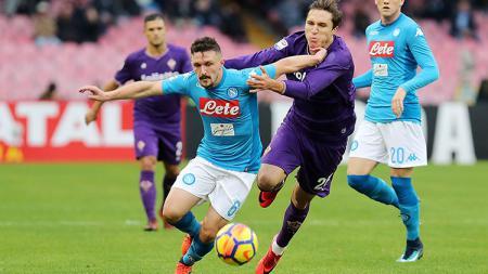 Pemain Napoli dan Fiorentina sedang berebut bola di lapangan - INDOSPORT