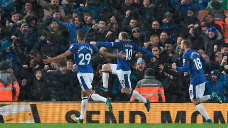 Rooney merayakan golnya ke gawang Liverpool. - INDOSPORT
