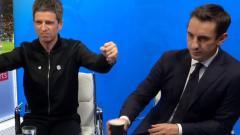 Indosport - Noel Gallagher dan Gary Neville saat menonton Derby Manchester di Studio Sky Sport.