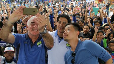 Mario Gomez melakukan selfie bersama Bobotoh. - INDOSPORT