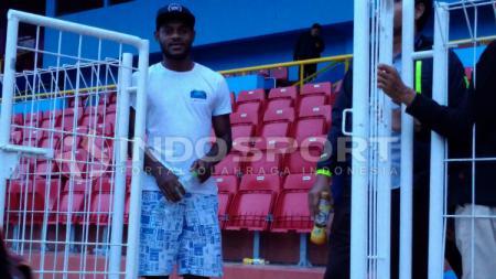 Diliburkannya seluruh pemain klub Liga 1 Madura United akibat pandemi virus corona membuat Marckho Sandy Meraudje melakukan metode latihan sendiri. - INDOSPORT