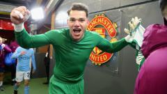 Indosport - Ederson, kiper Manchester City selebrasi usai kalahkan Manchester United.