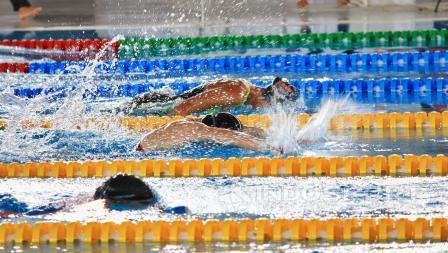 Peserta masters swimming bersaing menjadi yang tercepat.