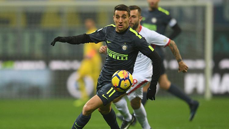 Pemain Inter Milan, Matias Vecino tengah berebut bola dengan pemain Pordenone Copyright: INDOSPORT