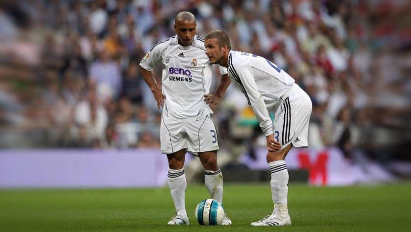 Roberto Carlos dan David Beckham saat membela Real Madrid. Copyright: Indosport.com