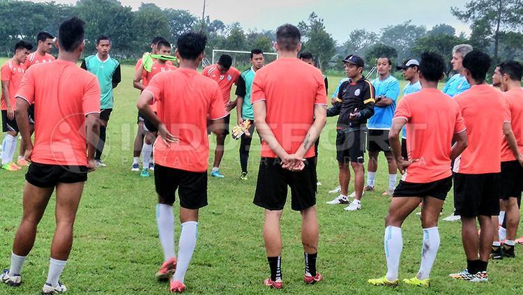 Pelatih Arema FC, Joko Susilo (jaket hitam) saat memberi instruksi ke anak asuhnya. Copyright: Ian Setiawan/INDOSPORT