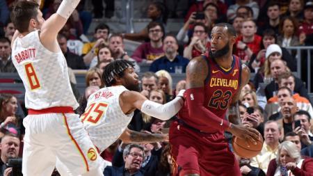 LeBron James (kanan) berusaha kelaur dari hadangan pemain Atlanta Hawks. - INDOSPORT