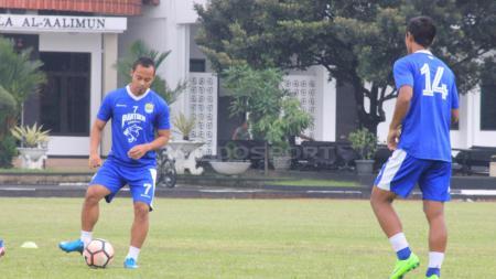 Atep tengah melakukan pengontrolan bola saat jalani latihan. - INDOSPORT
