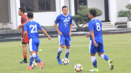 Pemain Persib Bandung tengah jalani latihan  bersama Mario Gomez - INDOSPORT