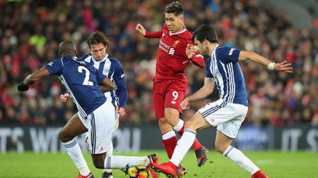 Roberto Firmino dijaga ketat oleh para pemain West Bromwich Albion. - INDOSPORT