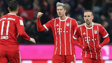 Robert Lewandowski (tengah) merayakan gol bersama Ribéry dan James - INDOSPORT