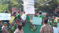 Indosport - Suporter PSMS Medan melakukan unjuk rasa di depan kantor Walikota Medan.