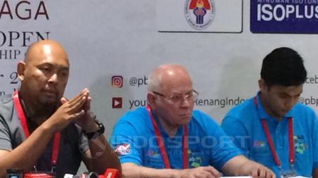 Perwakilan Dewan Olimpiade Asia (Tengah) dan Ketua penyelenggara test even (kiri). - INDOSPORT
