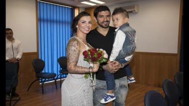 Lucho Gonzalez bersama istri dan anaknya. - INDOSPORT
