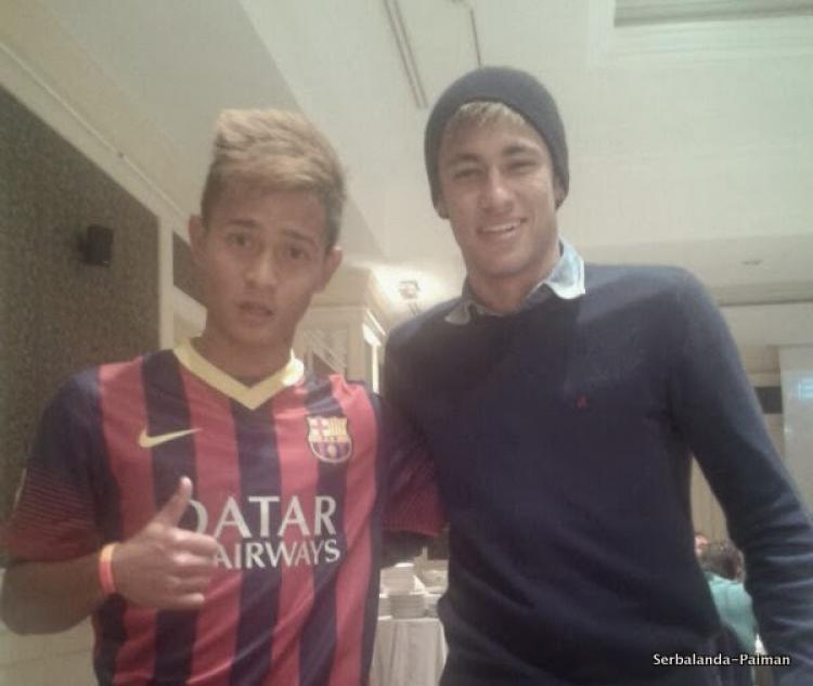 Angga berfoto bersama Idola nya, Neymar Jr Copyright: sepakbolanda.com