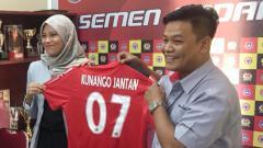 Indosport - Dirum PT KSSP, Rinold Thamrin (kanan) dan Direktur PT KJ, Gita Ariesta.