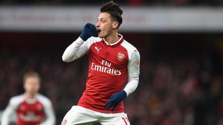 Mesut Ozil merayakan gol yang ia cetak ke gawang Newcastle. - INDOSPORT