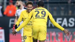 Indosport - Neymar dan Mbappe pasca mencetak gol ke gawang Rennes.