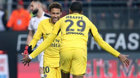 Neymar dan Mbappe pasca mencetak gol ke gawang Rennes. - INDOSPORT