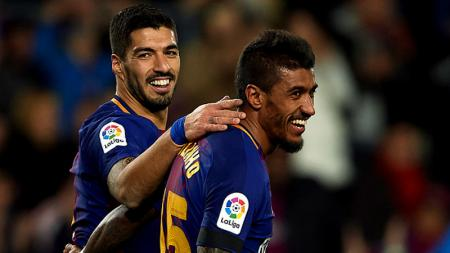 Suarez merangkul Paulinho pasca mencetak gol ke gawang Deportivo La Coruna. - INDOSPORT