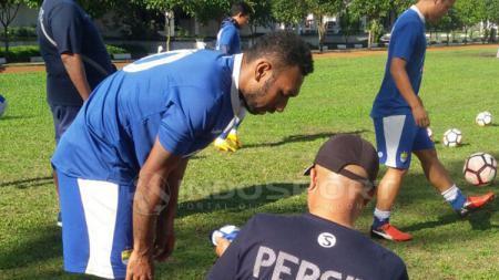Patrich Wanggai berlatih dengan Persib di Lapangan Sesko AD, Kota Bandung. - INDOSPORT