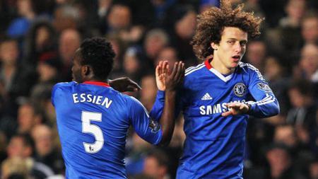 Michael Essien dan David Luiz. - INDOSPORT