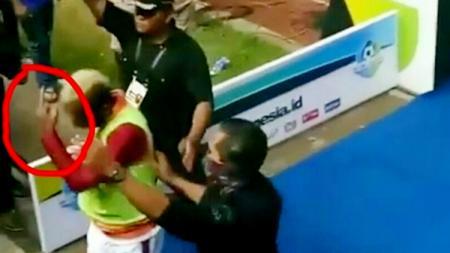 Patrich Wanggai mengacungkan jari tengah kepada Bobotoh saat Persib Bandung ditahan imbang 2-2 oleh Borneo FC. - INDOSPORT