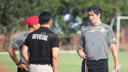 Pelatih Stefano Cugurra Teco berbincang dengan Manajer tim, Ardhi Tjahjoko. - INDOSPORT