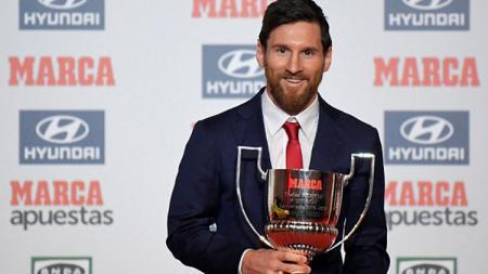 Lionel Messi bersama trofi El Pichichi. - INDOSPORT