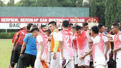 Indosport - Para pemain PS TNI melakukan tos setelah melakukan latihan.