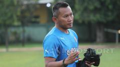 Indosport - Pelatih Rudy Eka Priambada memberikan instruksi kepada pemain