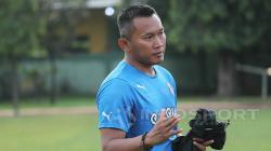 Pelatih Rudy Eka Priambada memberikan instruksi kepada pemain