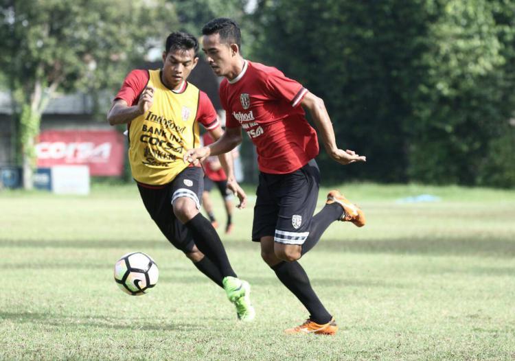 Taufik Hidayat berlatih bersama tim Bali United Copyright: Baliunited.com