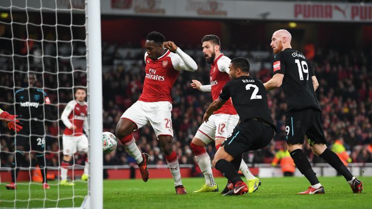 Aksi Welbeck saat mencetak gol pertama Arsenal vs West Ham Copyright: INDOSPORT