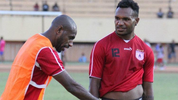 Nelson Alom (kanan) bersama Boaz Solossa (kiri) di sesi latihan Persipura. Copyright: Internet