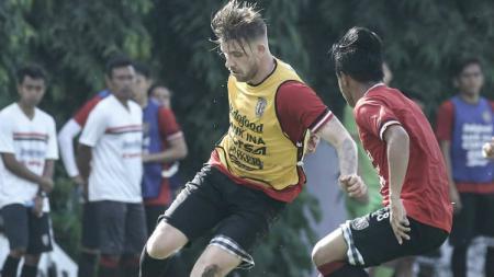 Eks pemain Bali United asal Belanda, Kevin Brands (tengah), mengatakan bahwa gaji pemain asing di Liga Thailand lebih besar daripada di Liga Indonesia. - INDOSPORT