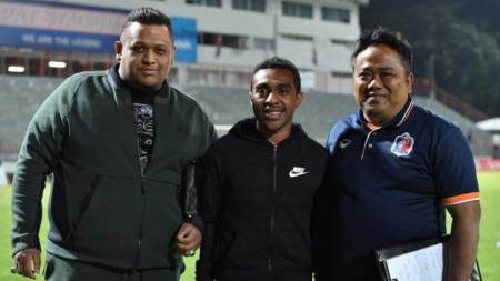 Presiden Borneo FC, Nabil Husein (kiri) dan Terens Puhiri (tengah). - INDOSPORT
