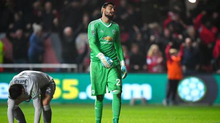Victor Lindelof dan Sergio Romero menunjukan ekspresi wajahnya yang lesu kalah dari Bristol FC. - INDOSPORT