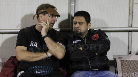 Munafri Arifuddin (kanan) dan Robert Rene Alberts tengah tengah berbincang. - INDOSPORT