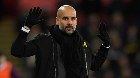 Pep Guardiola, dengan pita kuning. - INDOSPORT