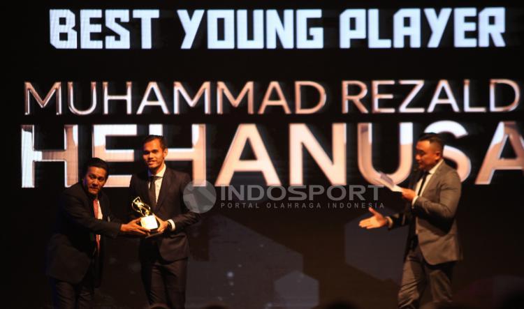 Rezaldi Hehanusa, penghargaan Pemain Muda Terbaik Liga 1 2017 Copyright: Herry Ibrahim/INDOSPORT