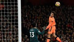 Indosport - Philippe Coutinho mencetak gol ke gawang Petr Cech.