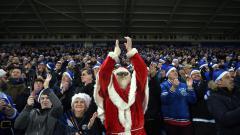 Indosport - Suporter Leicester City menggunakan baju Sinterklaas.